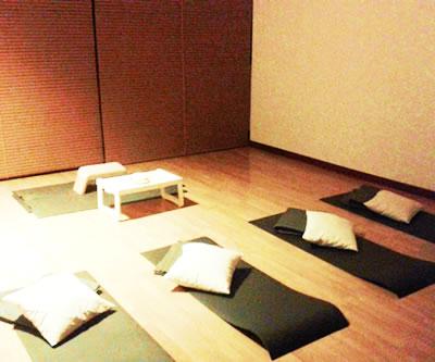 Meditar y tomar algo en amigos barcelona for Tomar algo en barcelona noche